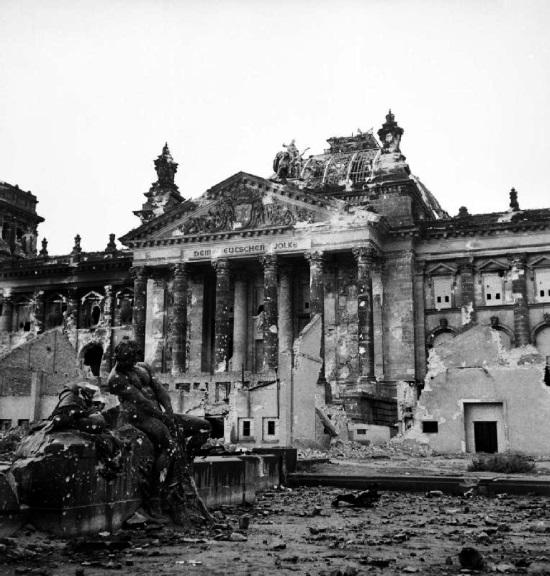 Il Reichstag dopo il bombardamento alleato su Berlino