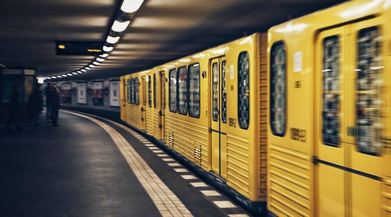 La U3 arriva a Warschauer Straße