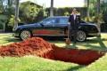 Magnate brasiliano annuncia di voler sotterrare la propria auto di lusso.. ma è un bluff per una nobile causa