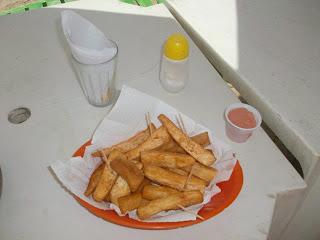 Macaxeira frita in spiaggia a Cumbuco (mia foto 2012)