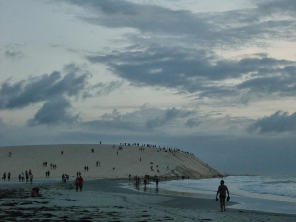 Ogni giorno, dopo essersi trovati sulla grande duna a guardare il tramonto, la gente si avvia al villaggio a festeggiare assieme