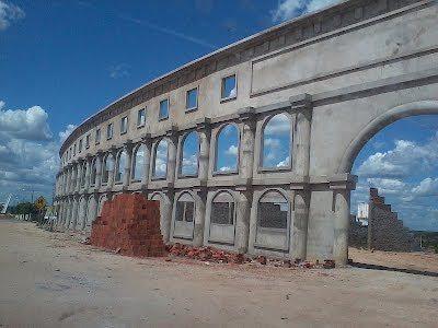 Nel deserto del Brasile c'è uno stadio uguale al Colosseo con 20mila posti!