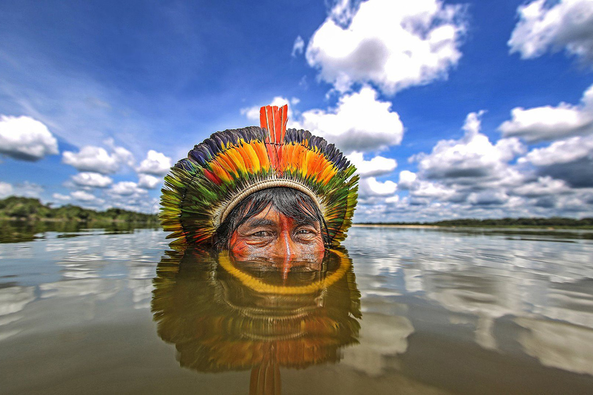 Ricardo Stuckert: Índio Kaiapó immerso nel fiume Xingu
