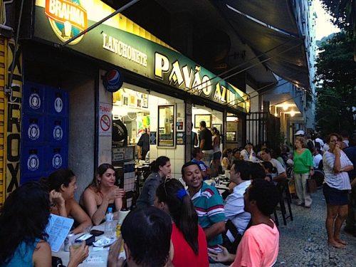Nel bar Pavão Azul, a Copacabana
