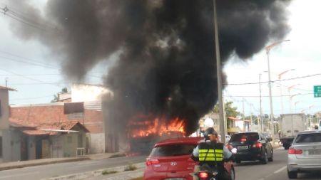 Autobus in fiamme a Fortaleza
