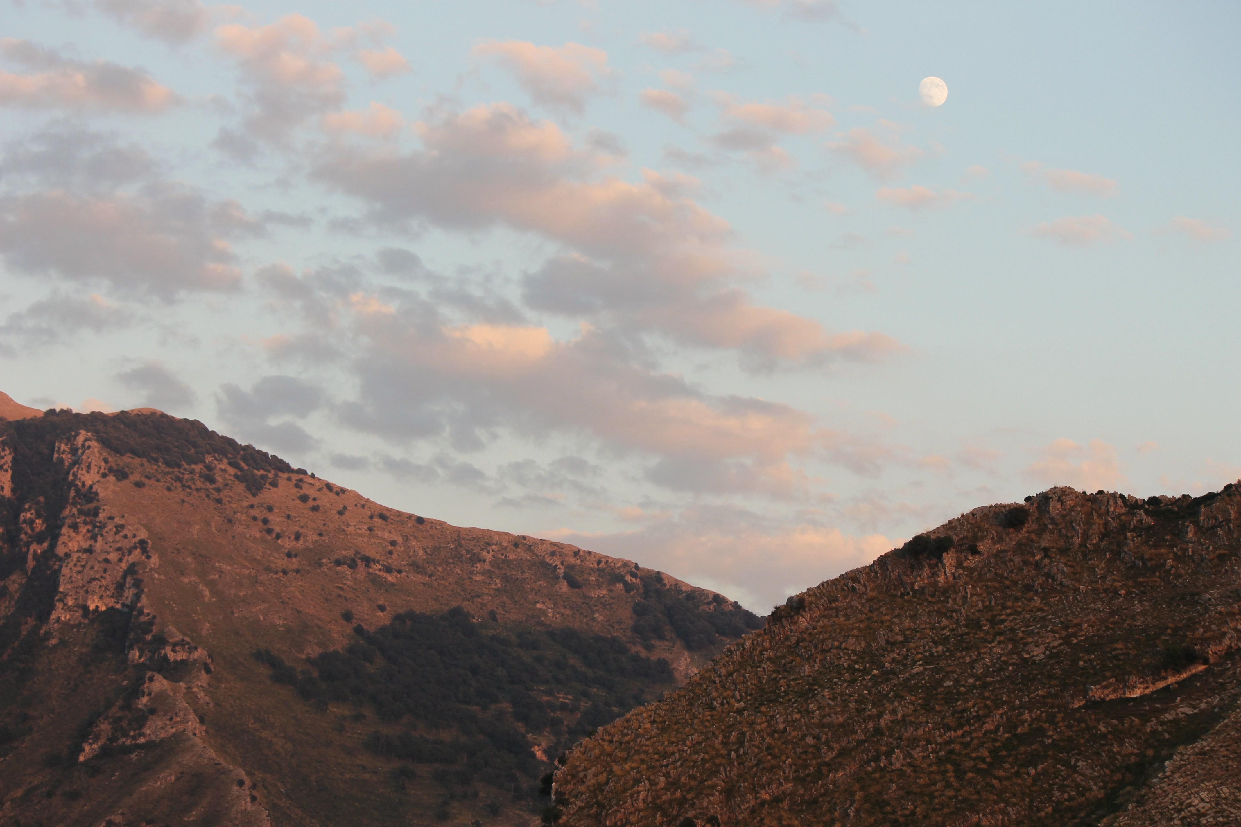 Monte Bulgheria e Monte Chiangone e luna piena che sorge al tramonto (fotografia di Gisella Forte)