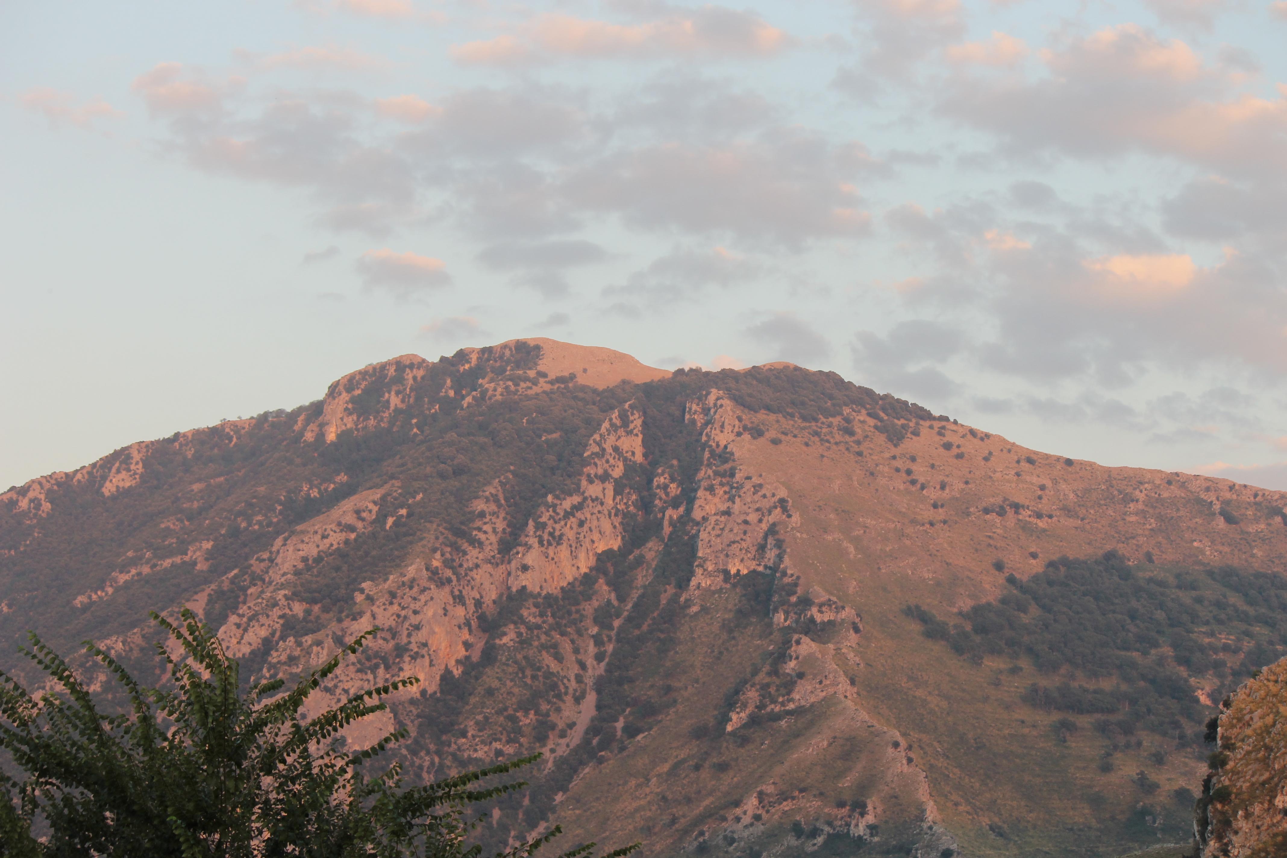 Il Monte Bulgheria rosa al tramonto, da Foria (fotografia di Gisella Forte)