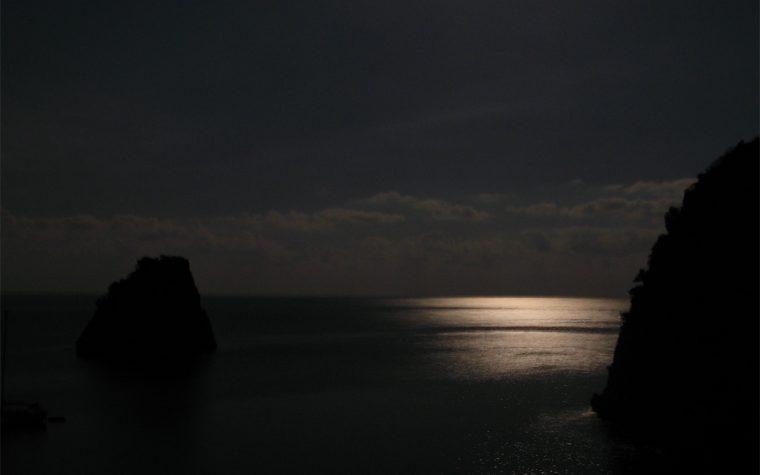 Capo Palinuro, il mare, una barca e la luna piena.