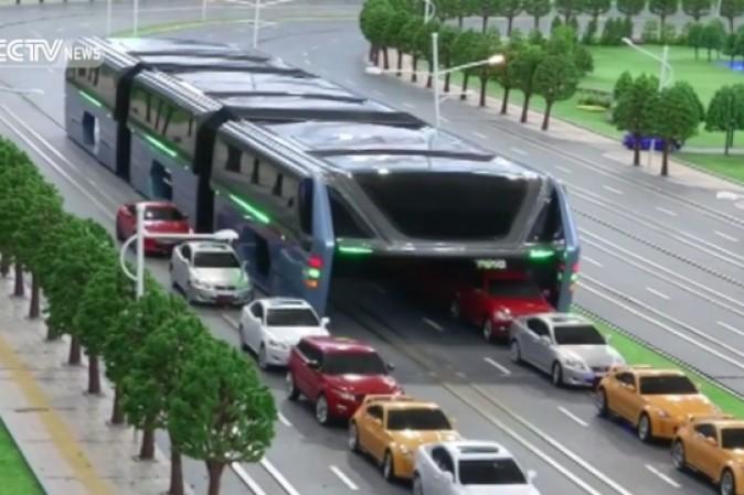 L'autobus capace di passare sopra le auto presentato in Cina