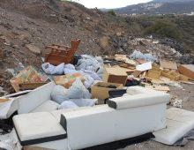 Tonnellate di rifiuti abbandonati nelle aree rurali intorno a San Isidro