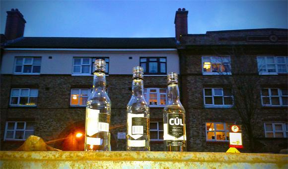"""Bottiglie lasciate per strada dopo una bevuta""""pubblica"""" tipico di Dublino"""