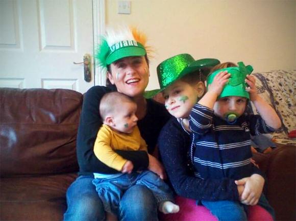 Simona, felice con la sua prole. I suoi figli sono ormai italo-irlandesi