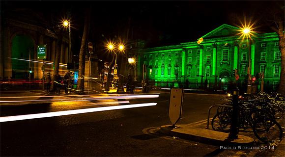Greening the city - Trinity college illuminato di verde durante st. patrick 2014