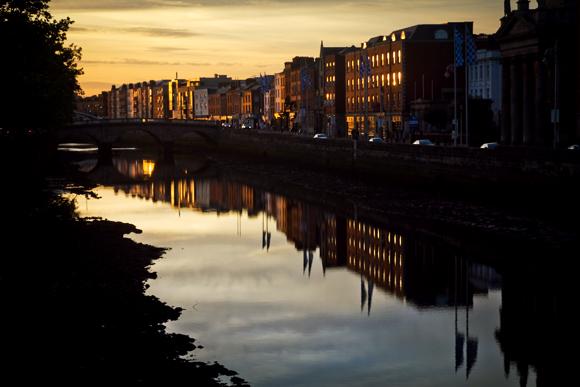 Una suggestiva immagine del fiume Liffey al tramonto