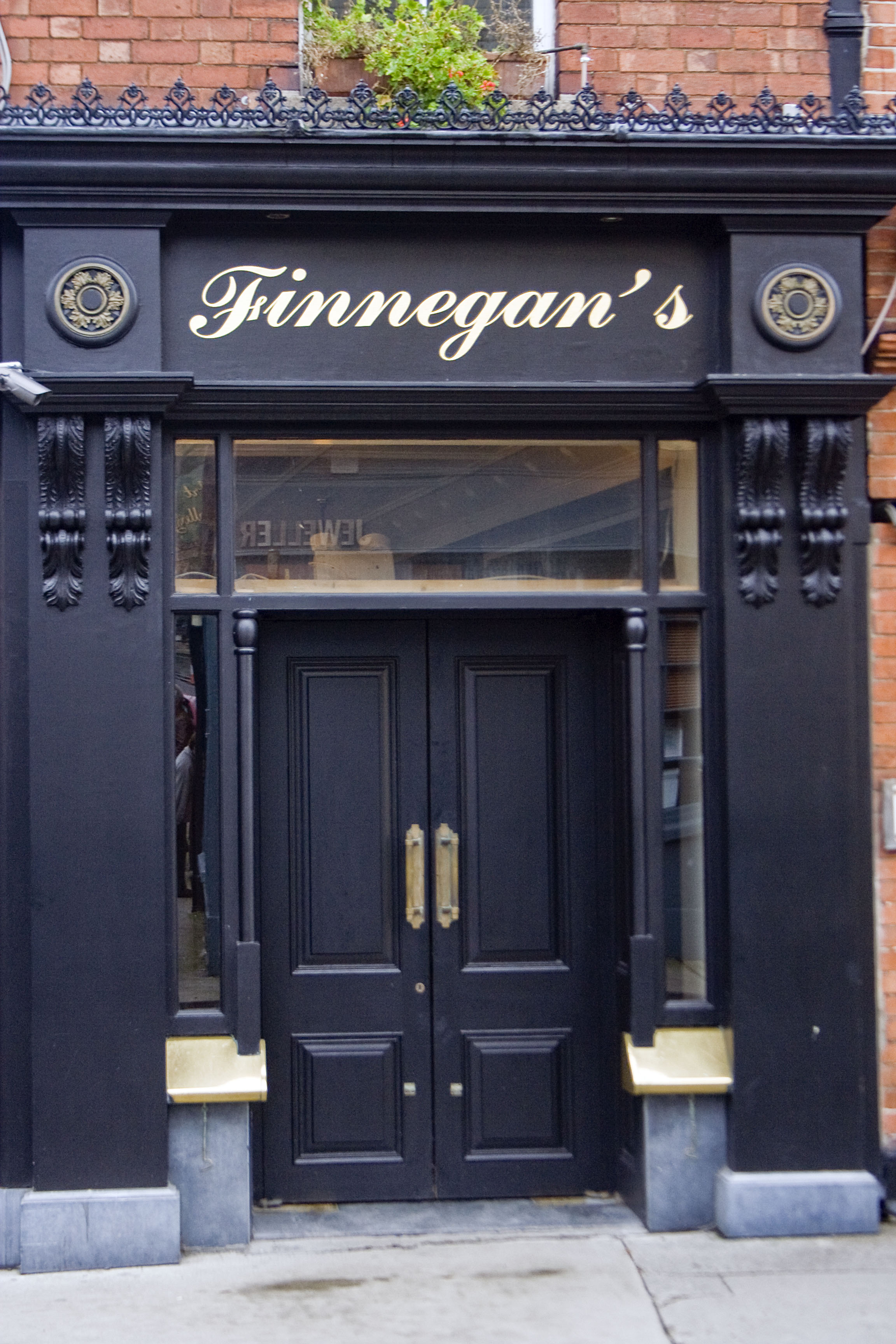 """Dalkey, """"Finnegan pub"""" Il pub """"Finnegan"""" è ora il pub abituale a Dalkey, a 5 minuti di auto dalla residenza degli Hewson (il cognome di Bonovox alla anagrafe)"""