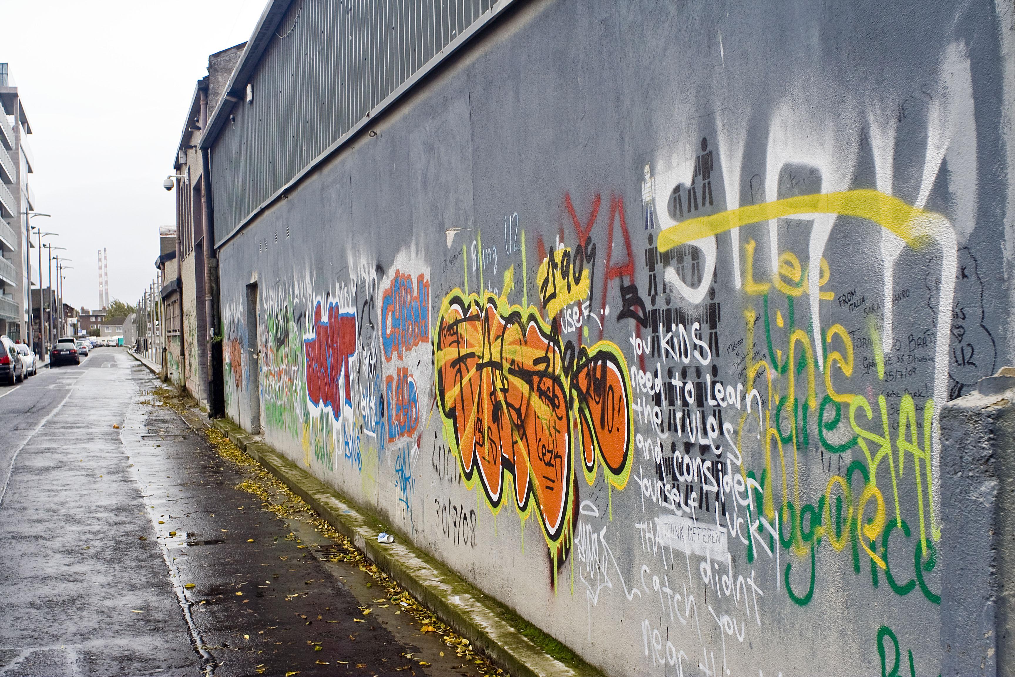Fabbrica dismessa ad Hannover quay Questo è un famoso edificio usato dalla band x suonare e provare i loro pezzi, vedete le firme e i graffiti dei fan su muro. Hanno girato qua dentro alcuni tra loro video più famosi.