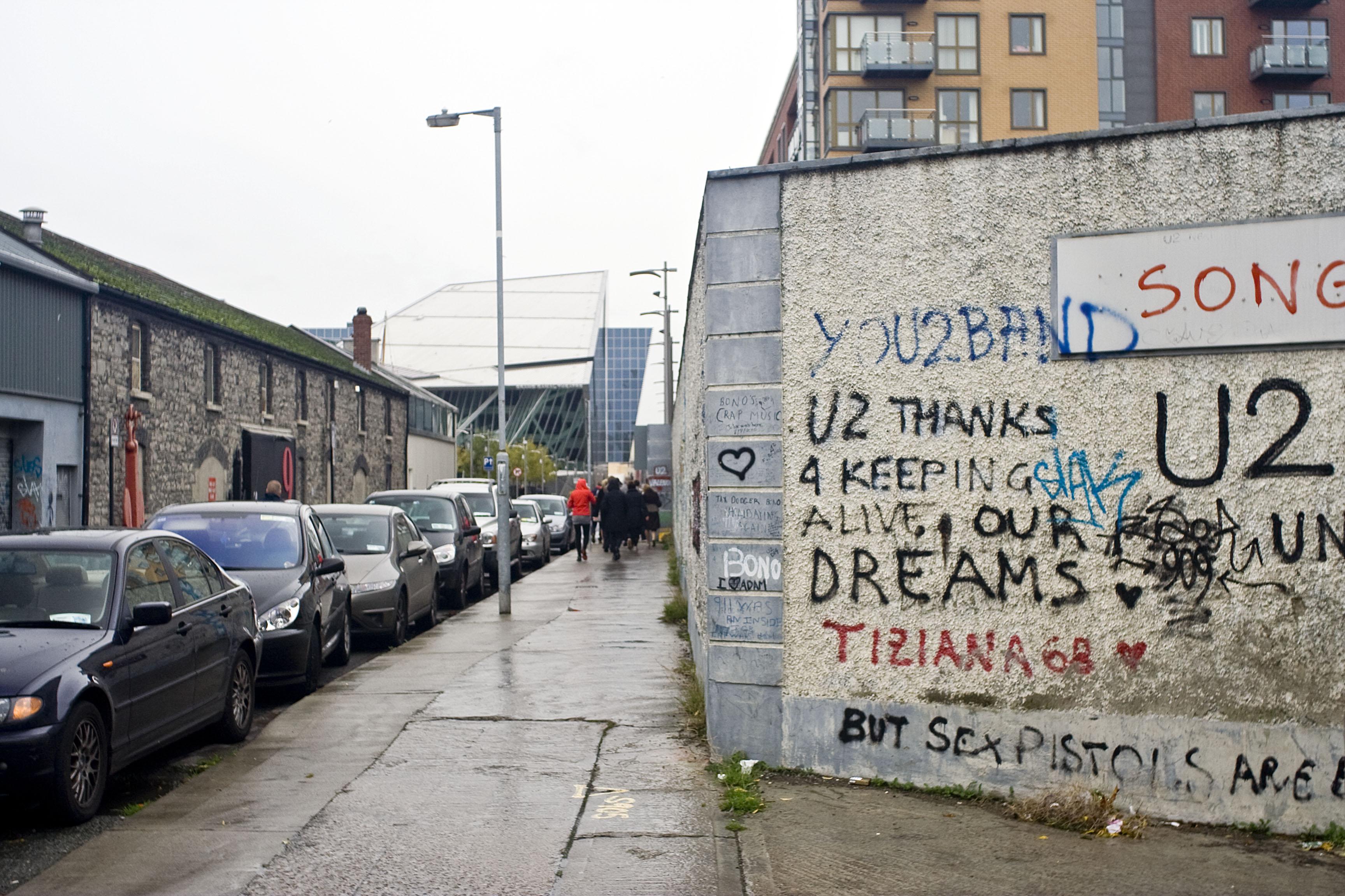 Fabbrica dismessa ad Hannover quay Questo è un famoso edificio usato dalla band x suonare e provare i loro pezzi, vedete le firme e i graffiti dei fan su muro. Hanno girato qua dentro alcuni tra loro video più famosi. .