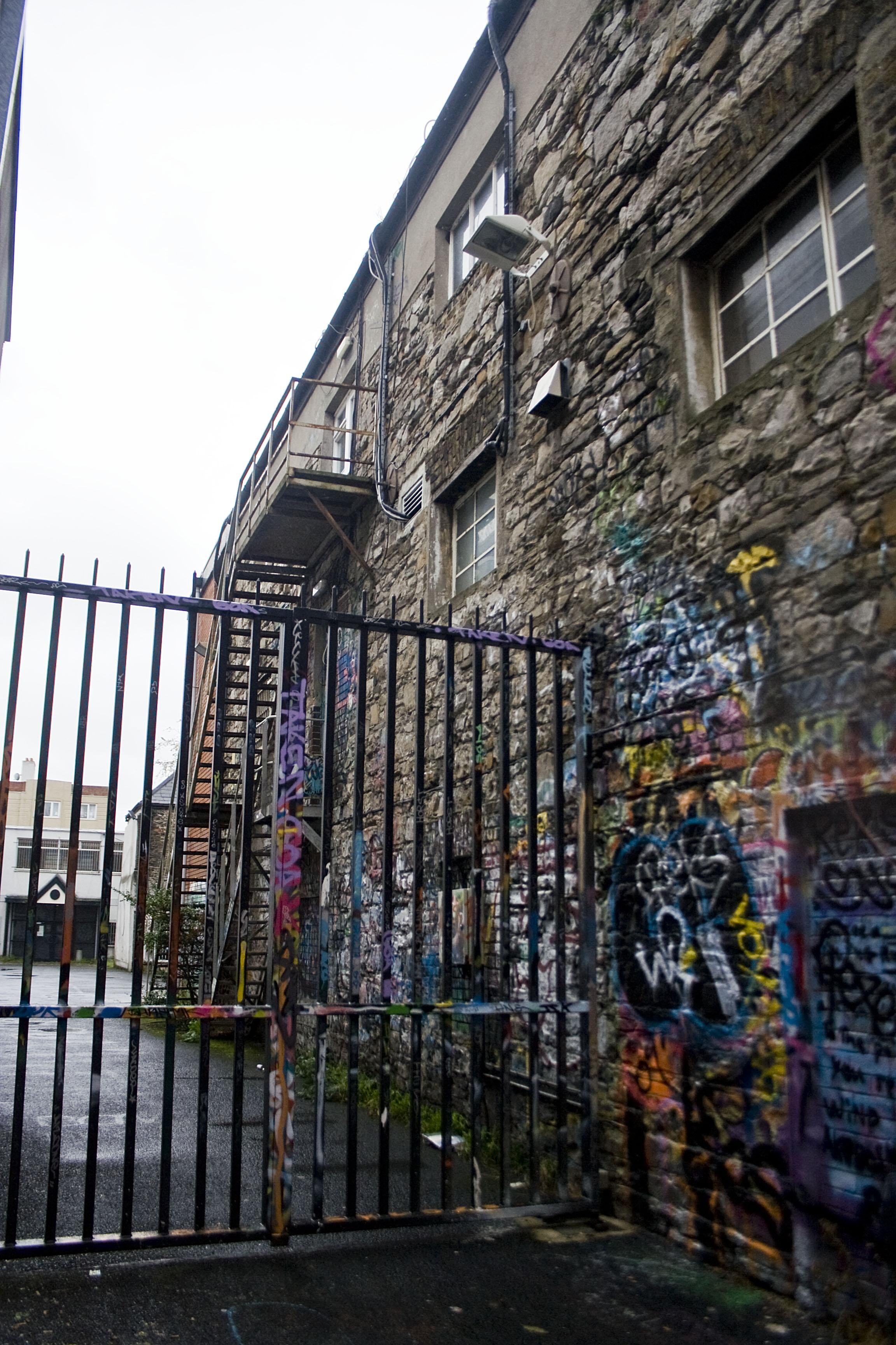 Windmill Lane studios. Si tratta degli studi dove gli U2 iniziarono a suonare prima di diventare famosi. Si trovano vicino ai Docks