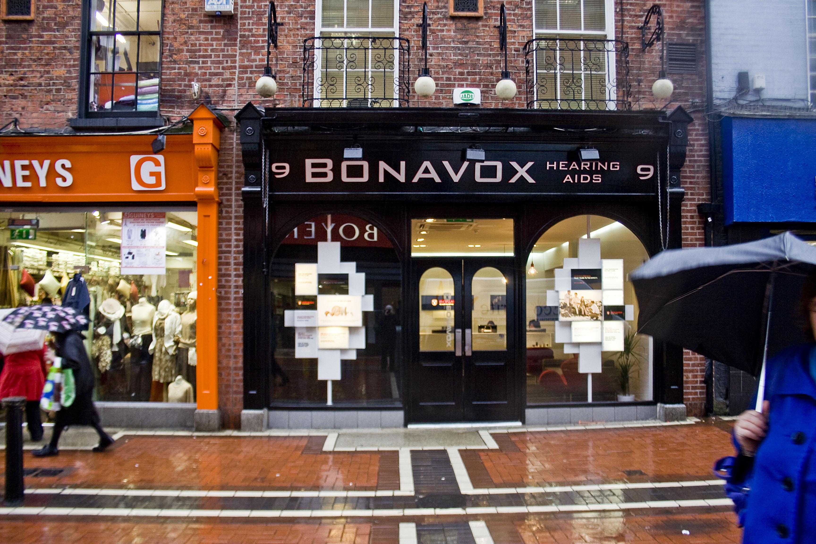 """Bonavox. In pieno centro si trova il negozio che vende soluzioni e prodotti per persone con problemi di udito, il """"Bonavox"""". Qui venne presa ispirazione per il nome del cantante."""
