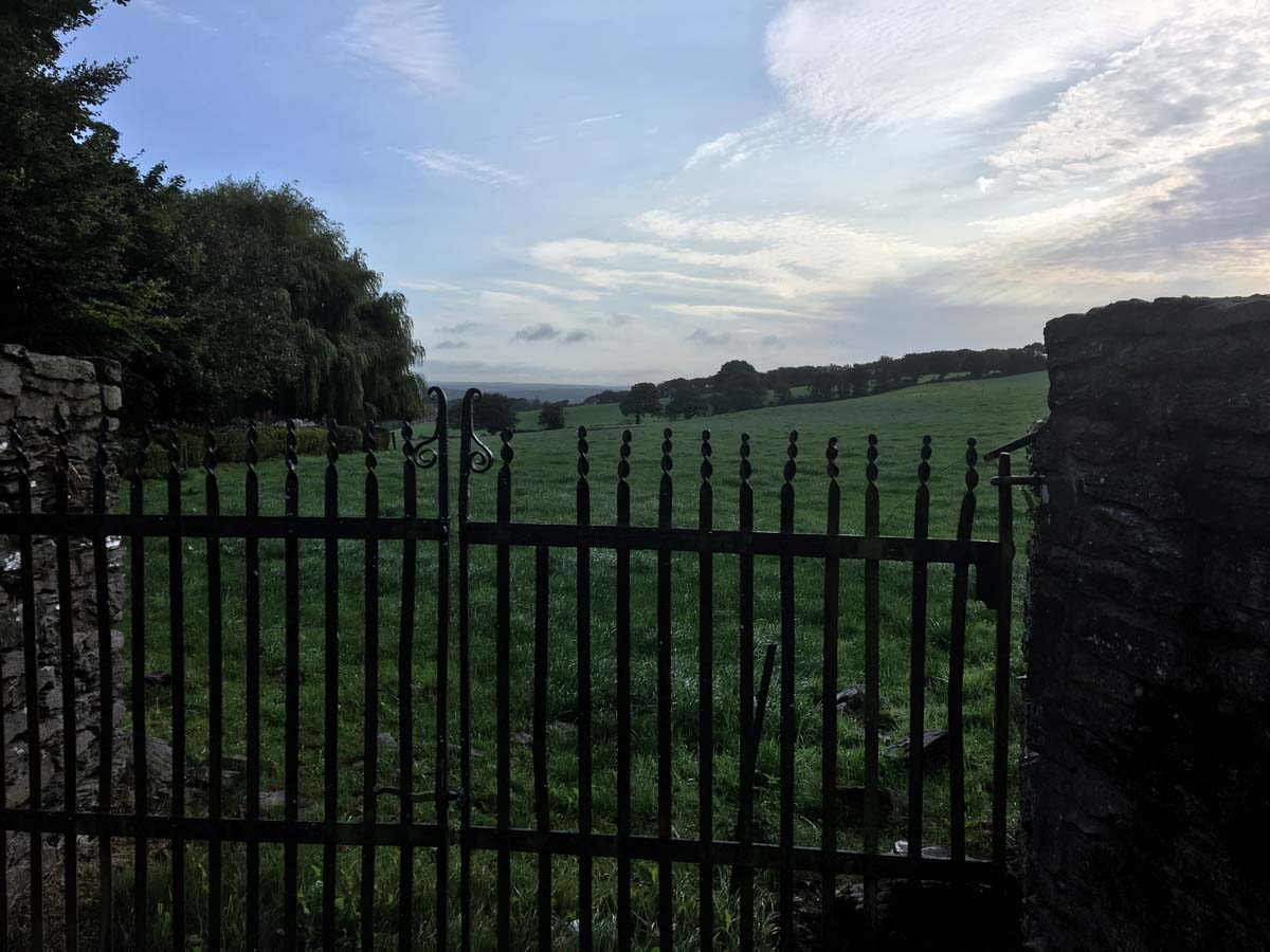 Belvedere Hill, Cancello lungo la strada di campagna
