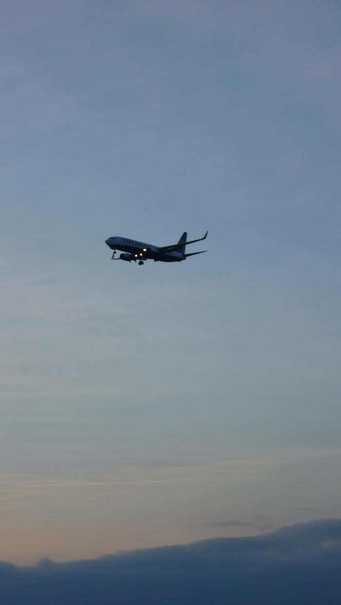 Aereo osservato dalla collina di Matthew Hill, Prima di atterrare al vicino aeroporto