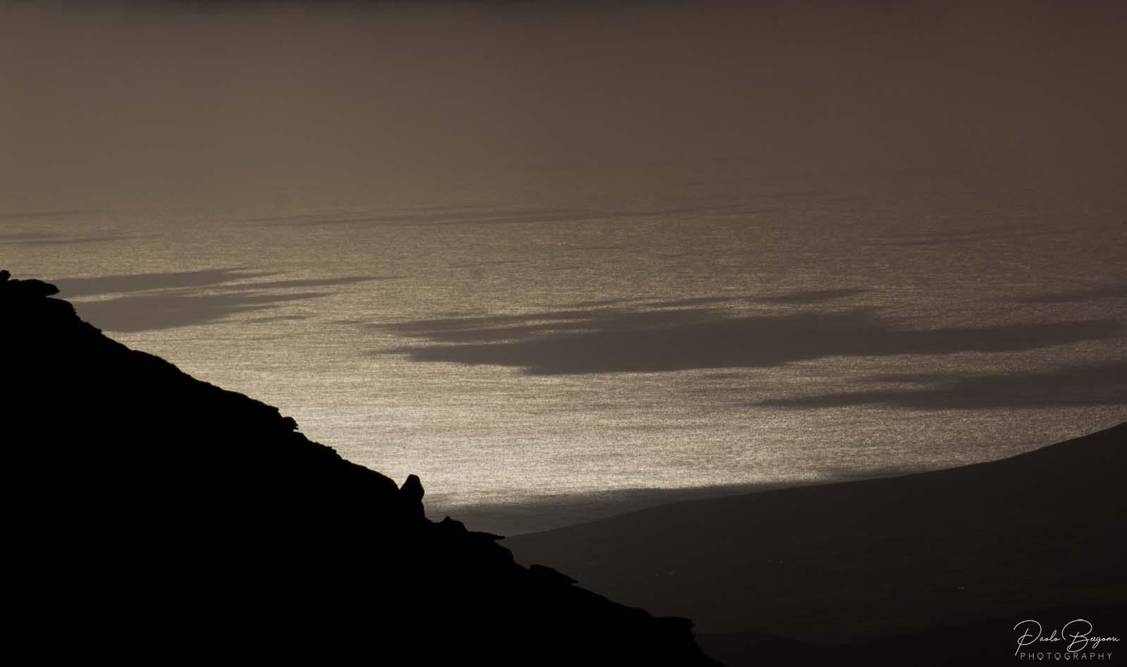 Le luci dorate illuminano la baia su Dingle Peninsula