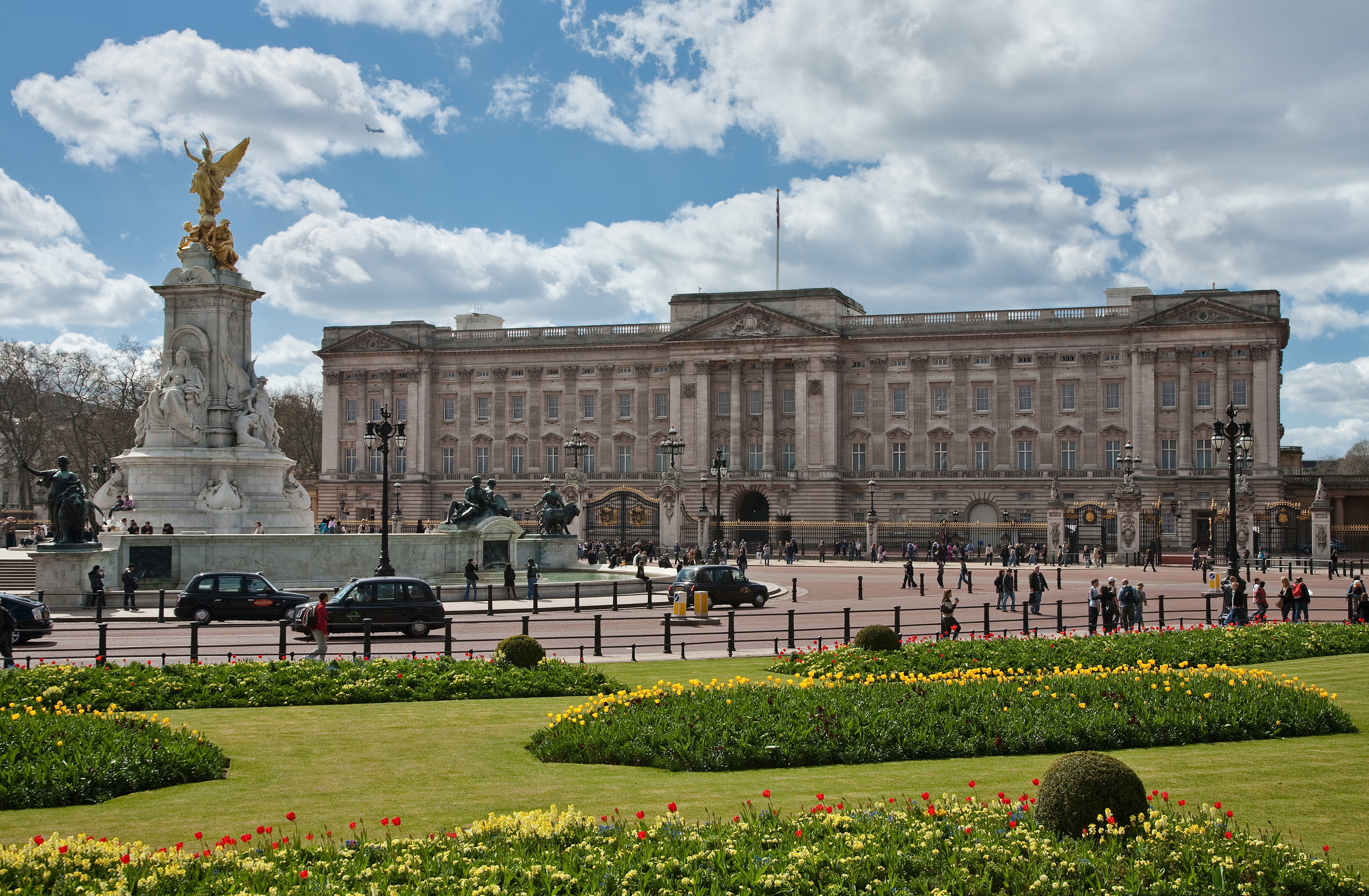 """Buckingham Palace, London - April 2009"" by Diliff - Own work. Licensed under CC BY-SA 3.0 via Wikimedia Commons."