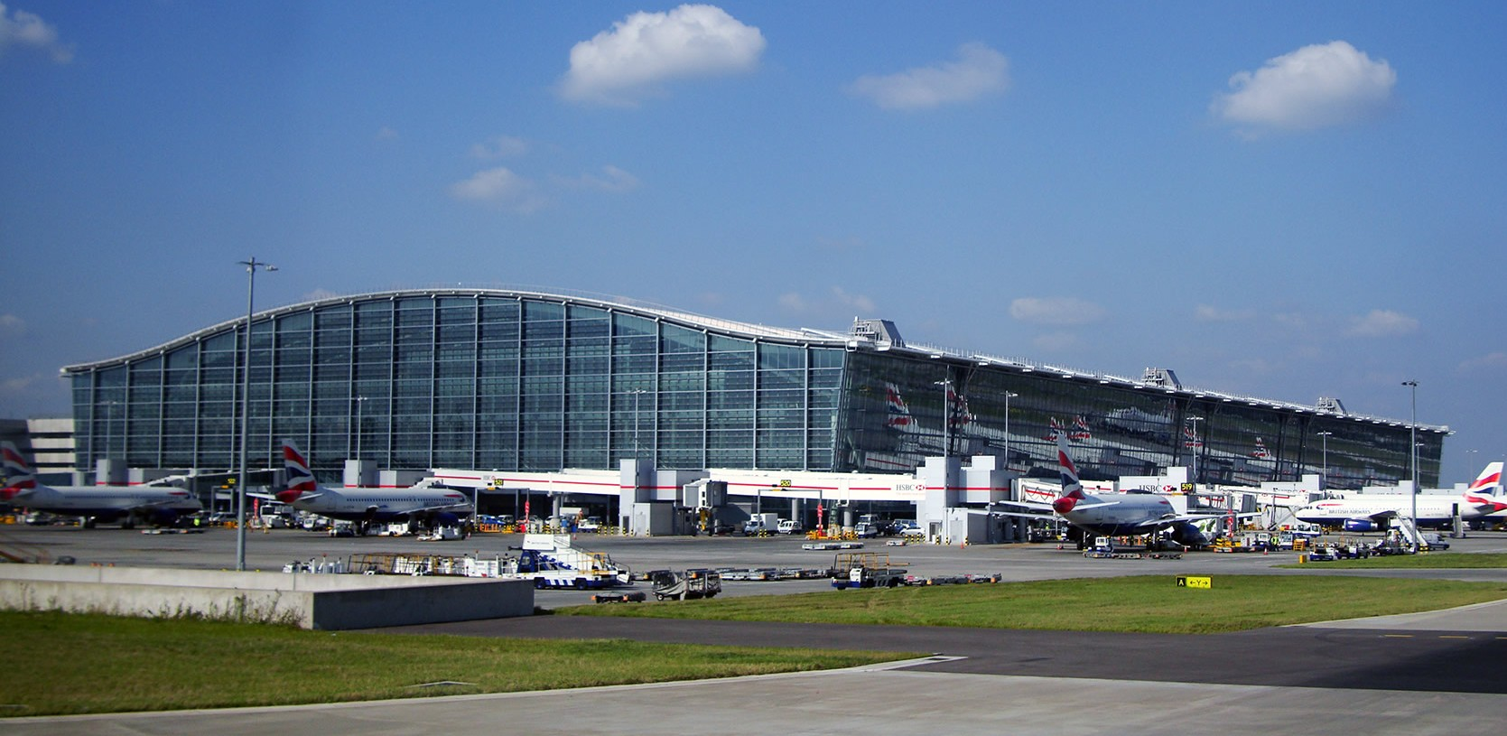 """Heathrow T5"" by Warren Rohner - Flickr. Licensed under CC BY-SA 2.0 via Wikimedia Commons."