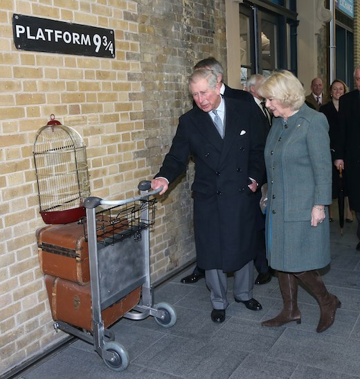 """Mi sono imbattuta in questa foto del Principe Carlo con Camilla all'inaugurazione del nuovo """"binario"""" e mi faceva troppo ridere per non metterla."""
