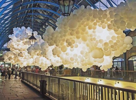 Centomila palloncini bianchi a Covent Garden