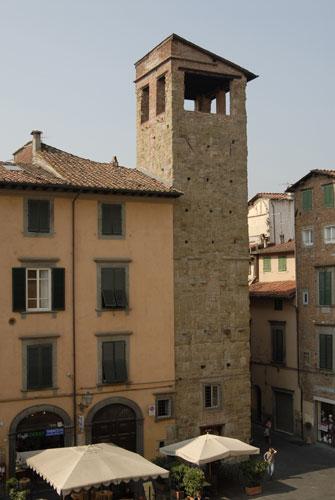 torre del Veglio, Piazza San Salvatore