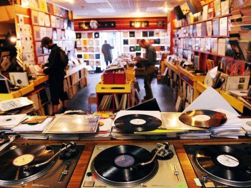 Ritorna il Record Store Day! La rinascita del vinile e la lotta dei negozi di dischi indipendenti
