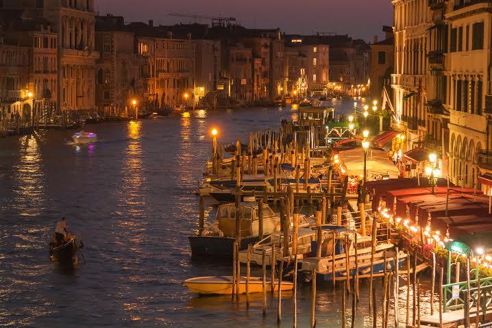 veduta notturna di Venezia tappa serale prima del lungo viaggio per Vienna