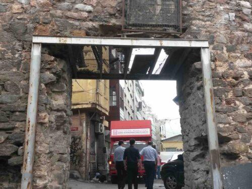 Le mura di Galata e il parcheggio comunale
