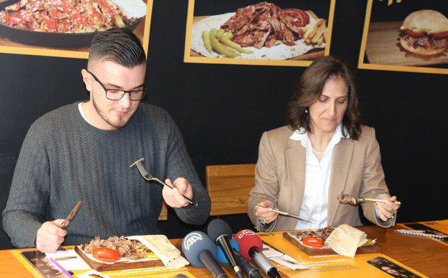 """Avusturya'nın başkenti Viyana'da soğanlı döner yedikten sonra geğirdiği için """"Görgü kurallarını zedelediği"""" gerekçesiyle 70 avro para cezası alan Bosna Hersek asıllı Edin Mehic, bir döner restoran zinciri tarafından İstanbul'da ağırlandı. Global Restoran Yatırımları A.Ş. Genel Müdürü Bahar Özürün (sağda), firmanın Ortaköy'deki şubesinde birlikte yemek yedi. ( Onur Emirtekin - Anadolu Ajansı )"""