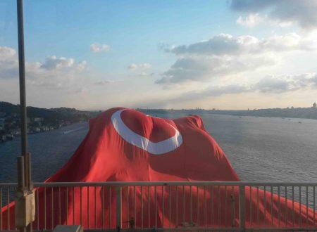 Una bandiera della Turchia per Vittorio Sgarbi