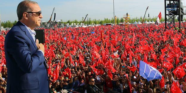 """Cumhurbaşkanı Recep Tayyip Erdoğan, İstanbul'un fethinin 563. yıl dönümü dolayısıyla Yenikapı Miting Alanı'nda düzenlenen """"Fetih Şöleni""""ne katıldı. ( Kayhan Özer - Anadolu Ajansı )"""