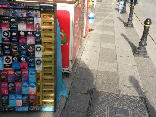 Il venditore ambulante di preservativi a Istanbul