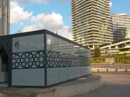 La nuova moschea alla fermata del bus