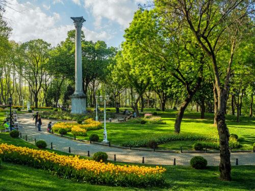 Il parco di Gülhane (con tulipani) e la colonna dei Goti