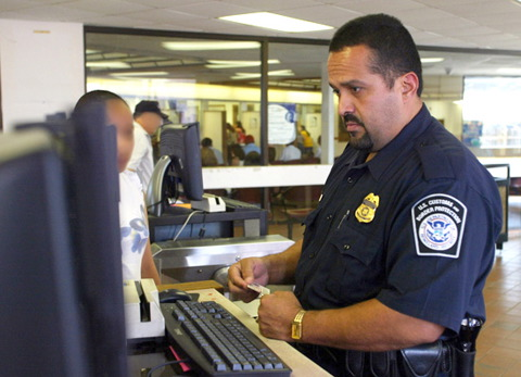 how to become an immigration officer in usa